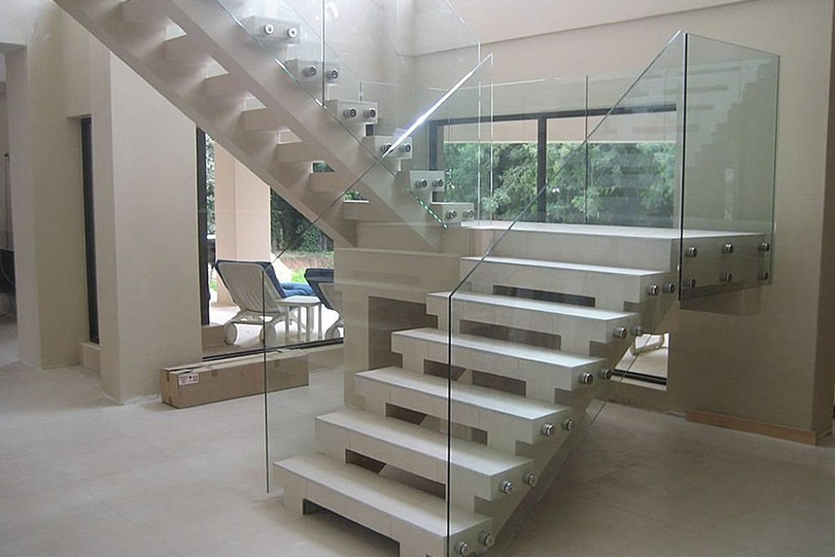 Лестница-со-стеклянным-ограждением